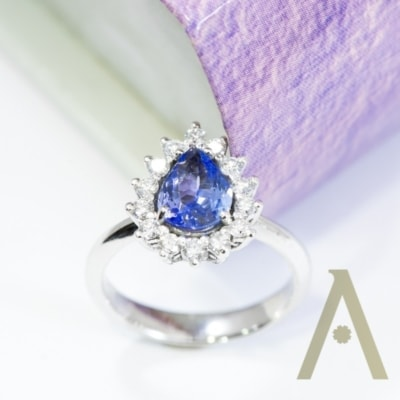 Sortija de Oro Blanco, Tanzanita y Diamantes.