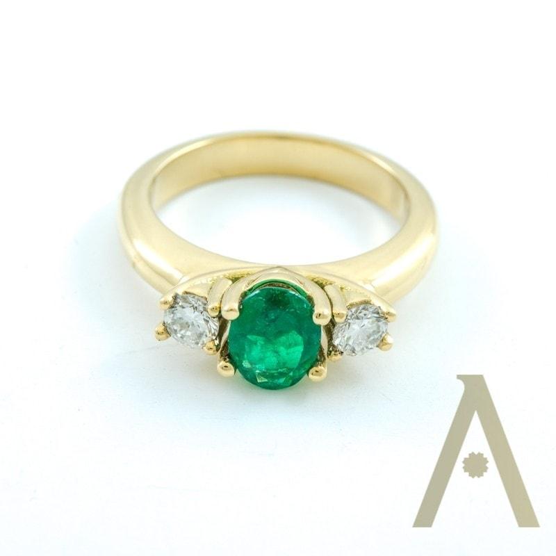 Sortija de Oro Amarillo, Esmeralda y Diamantes.